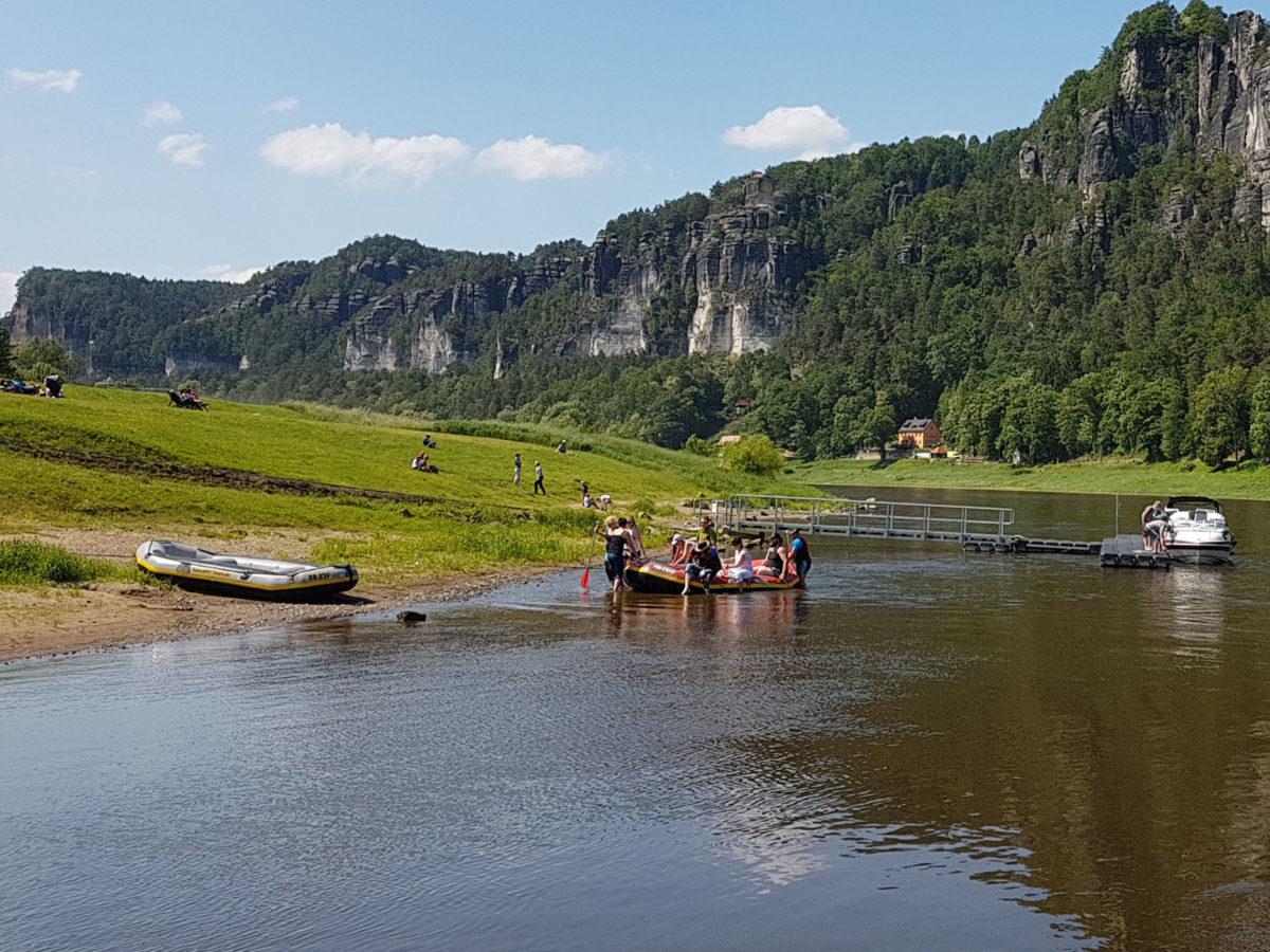 Mit dem Schlauchboot auf der Elbe
